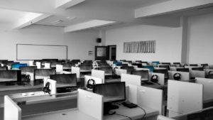 Großraumbüro mit Computer